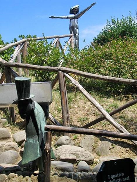 مجسمه جیرجیرک زیر مجسمه پری مهربون تو یکی از تپه های دهکده