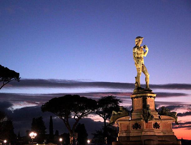 یک کپی برجسته از مجسمه داوود ساخته میکل آنجلو در میان میدان میکل آنجلو (Piazzale Michelangelo) فلورانس قرار دارد.