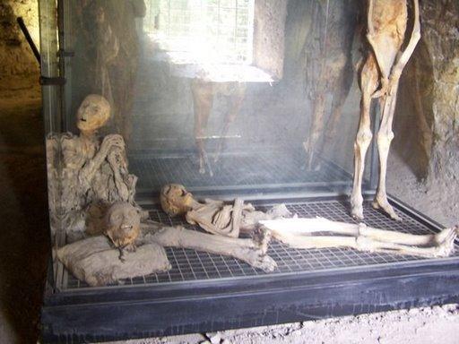 در مومیایی های شهر فرنتیللو بعضی از اجساد هنوز مو، ریش و دندونهای کاملا سالم و حتی لباس دارند.